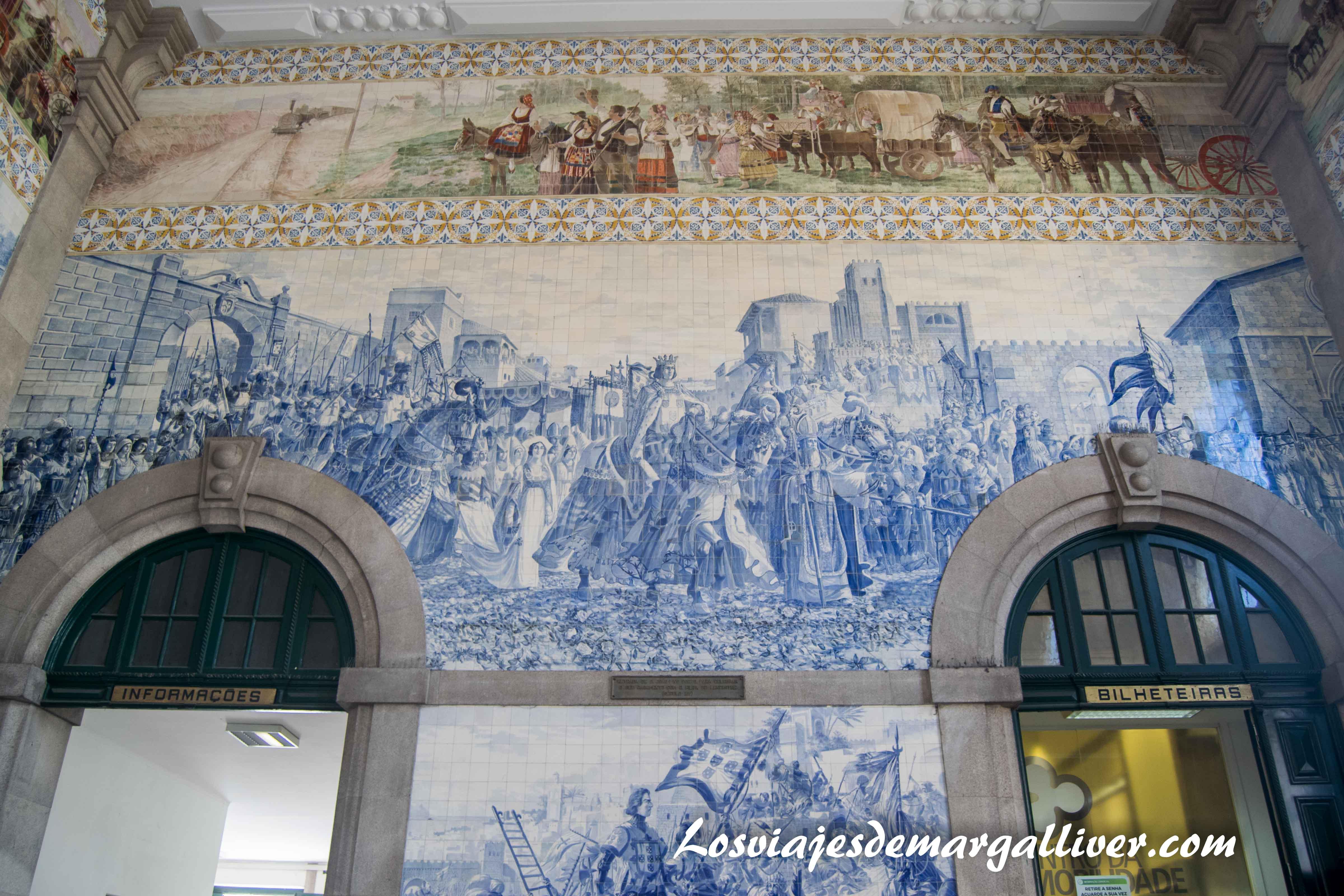 Preciosos azulejos situados en la entrada de la estación de tren de Sao Bento, visitar Oporto - Los viajes de Margalliver que ver en Oporto